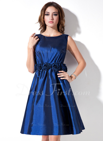 A-Line/Princess Scoop Neck Knee-Length Taffeta Bridesmaid Dress With Flower(s) (022017168)