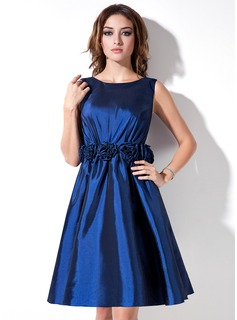 A-Line/Princess Scoop Neck Knee-Length Taffeta Bridesmaid Dress With Flower(s)