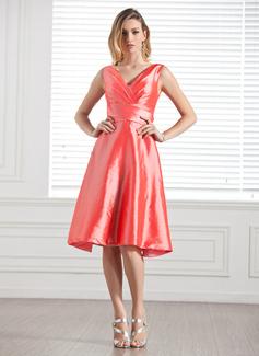 A-Line/Princess V-neck Knee-Length Taffeta Bridesmaid Dress With Ruffle Bow(s)